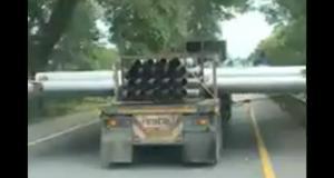 VIDEO - Rouler à côté de ce camion n'est vraiment pas une partie de plaisir