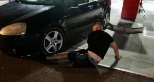 Il se coince le pied sous la roue de sa voiture et se fait aider par les gendarmes