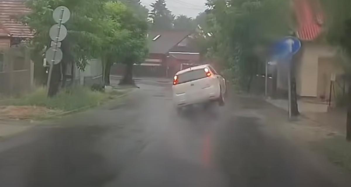 VIDEO - Lorsque vous roulez sous la pluie, méfiez-vous des bouches d'égouts !