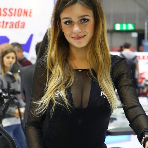 Des hôtesses ultra sexy prennent la pose au salon moto de l'EICMA