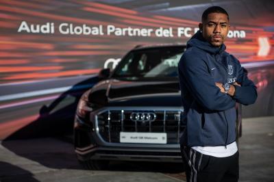 Audi x FC Barcelone | les joueurs posent avec leur voiture