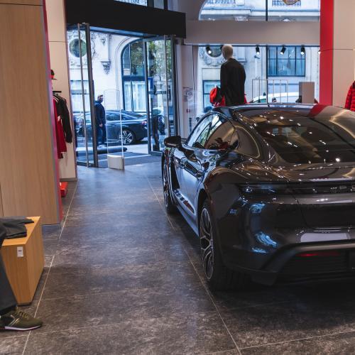 Porsche Taycan x Hugo Boss | les deux font la paire sur les Champs-Élysées