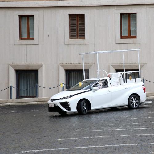 La Toyota Mirai devient la voiture officielle du pape Français | les photos officielles de la papamobile hydrogène