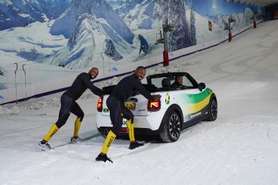 La Mini Cooper sur la glace avec l'équipe jamaïcaine de bobsleigh | les photos