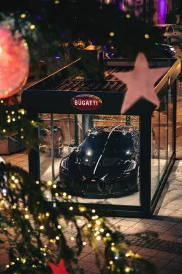 La Voiture Noire de Bugatti exposée dans le centre-ville de Molsheim | les photos