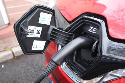 L'électrique au quotidien | Peugeot e-208 vs Renault Zoé