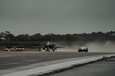 La Bugatti Chiron défie un avion de chasse Rafale | les photos du duel