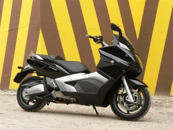 Essai Gilera GP 800 : le scooter des superlatifs !