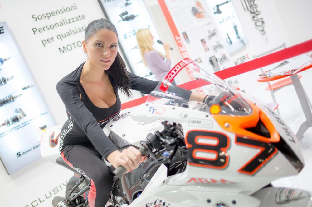 Albums photos les h tesses du salon de la moto de milan for Salon de milan moto 2018