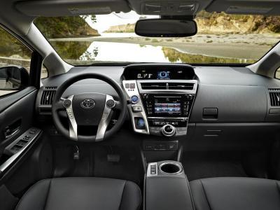 Toyota Prius v 2015