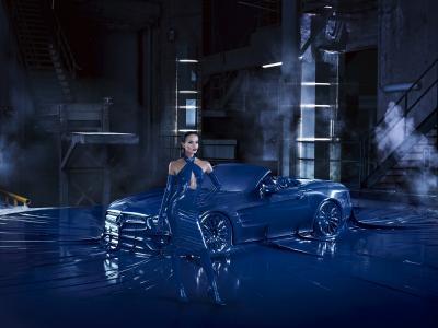 La Mercedes SL restylée pose en latex et en bonne compagnie